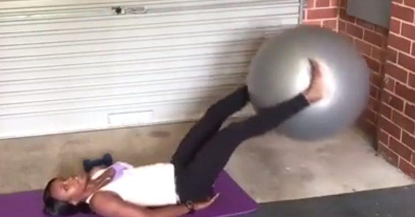 Teurai works the swissball